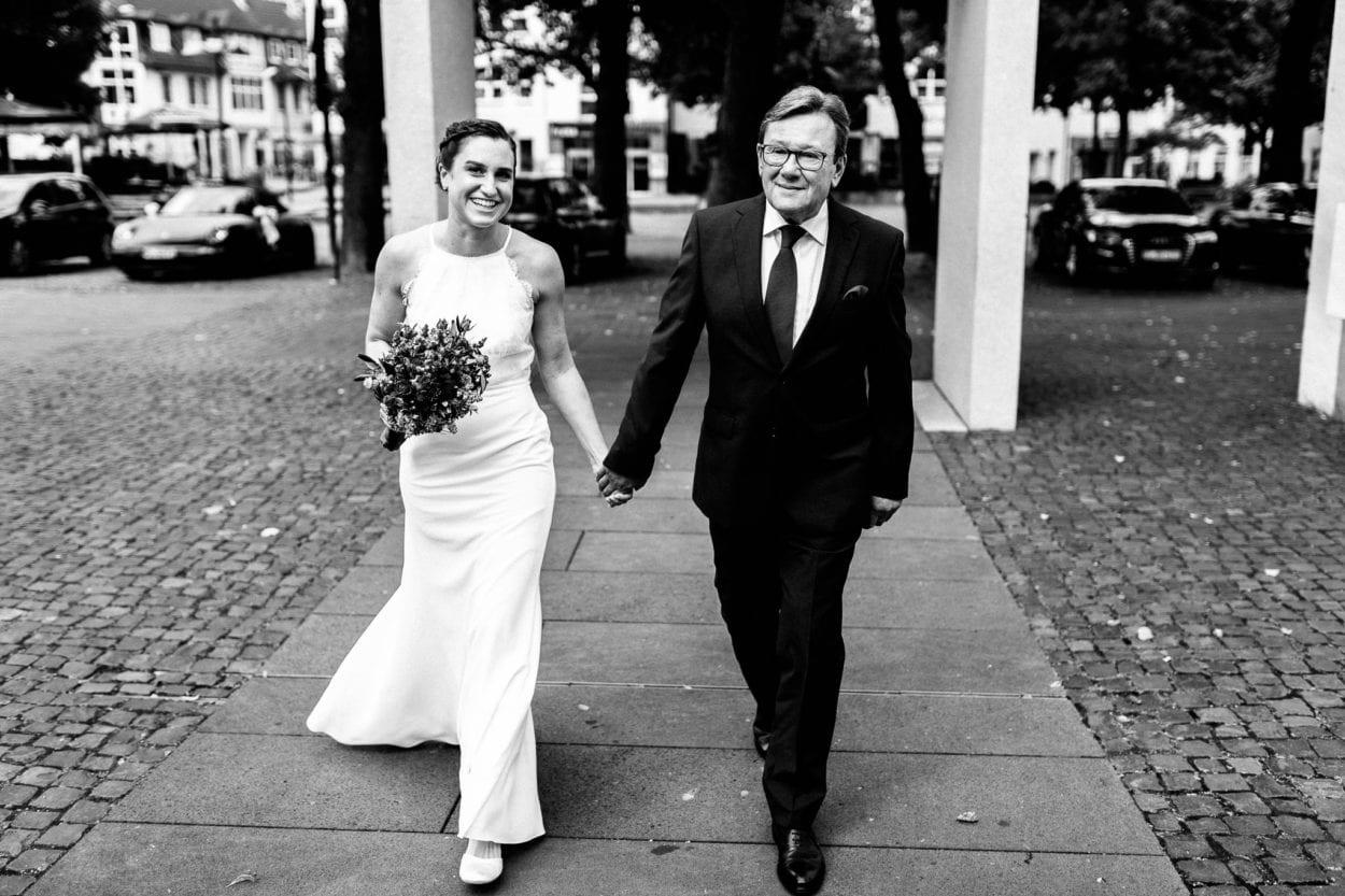 Brautvater führt Braut zur Kirche