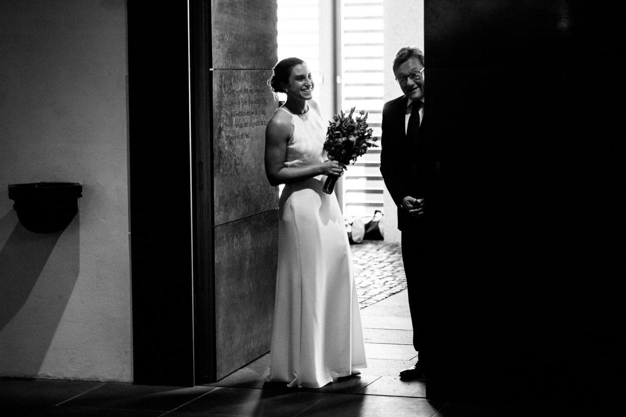 Braut und Brautvater vor der Trauung in der Pfarrei St.Jodokus