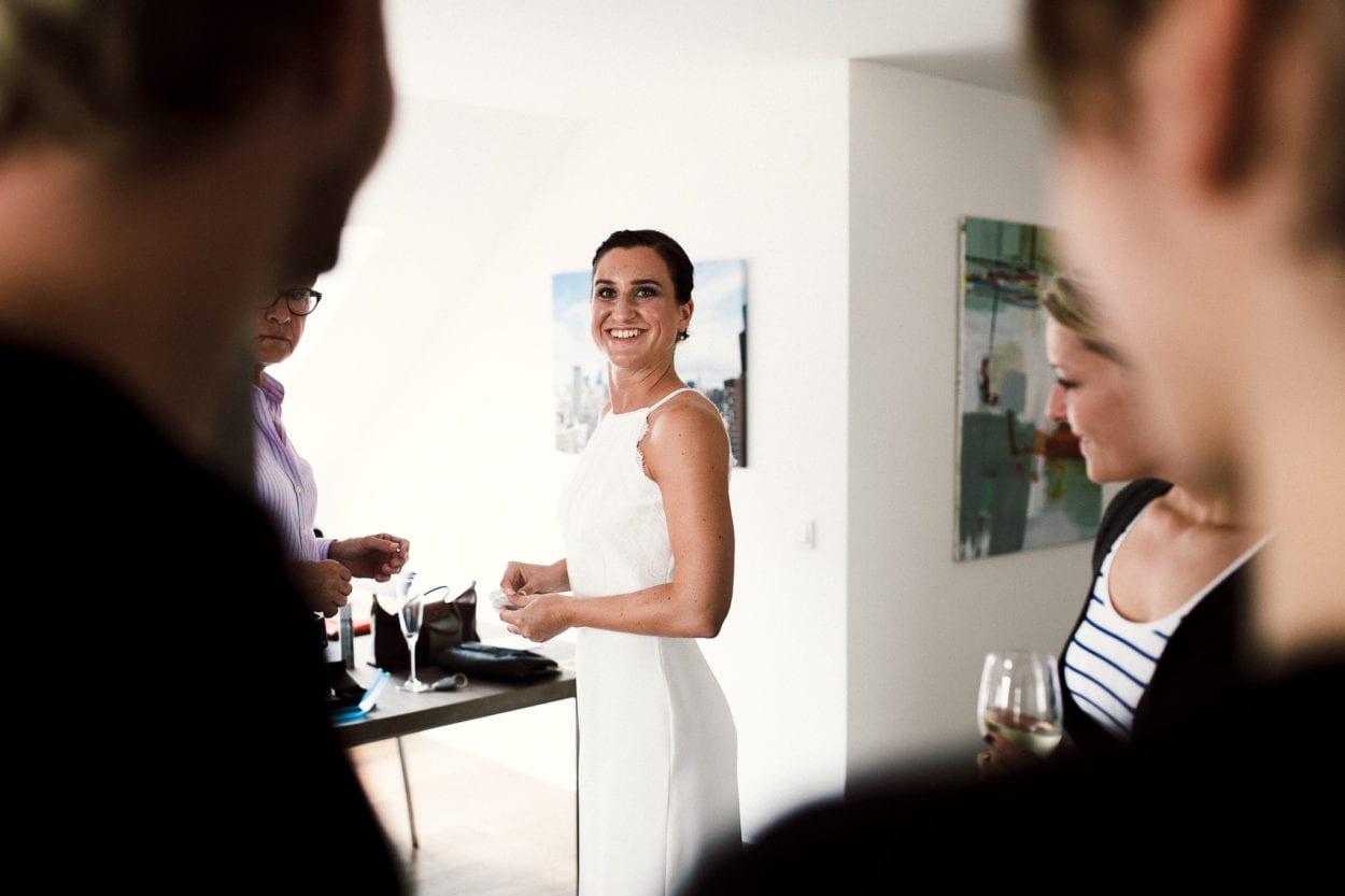 die Braut strahlt vor Freude