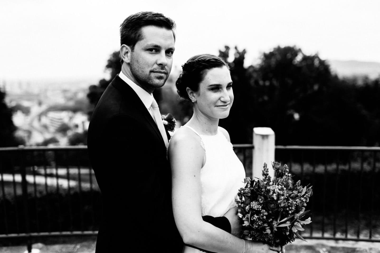 Hochzeitsfoto des Paares an der Sparrenburg Bielefeld