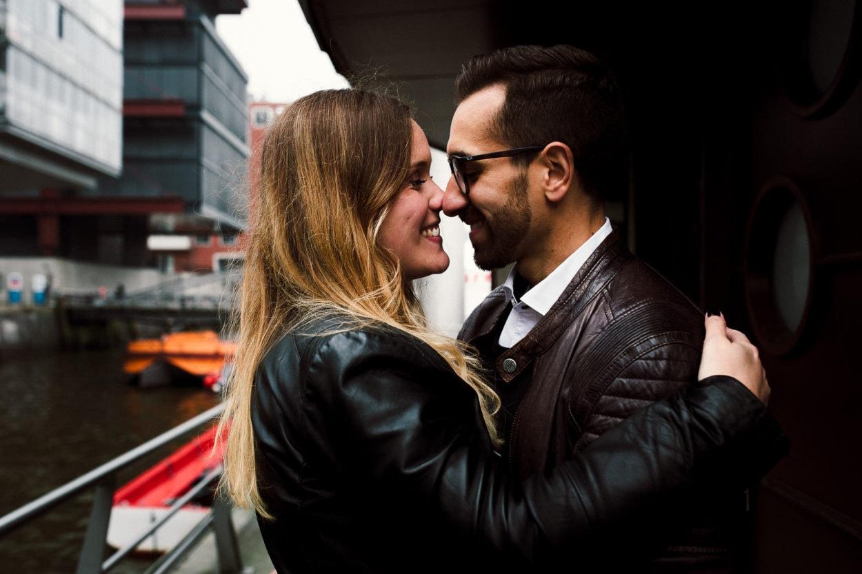 lachendes Paar in der Nähe der Elbphilharmonie