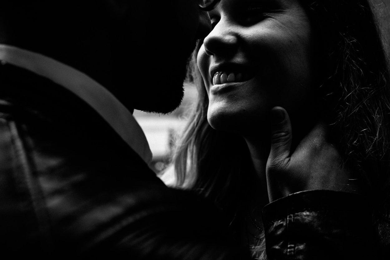 intensives schwarz-weiß Fotos eines Paares an der Elbphilharmonie
