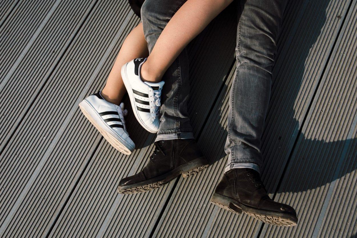 ineinander verschlungene Füße auf einem Steg an der Alster