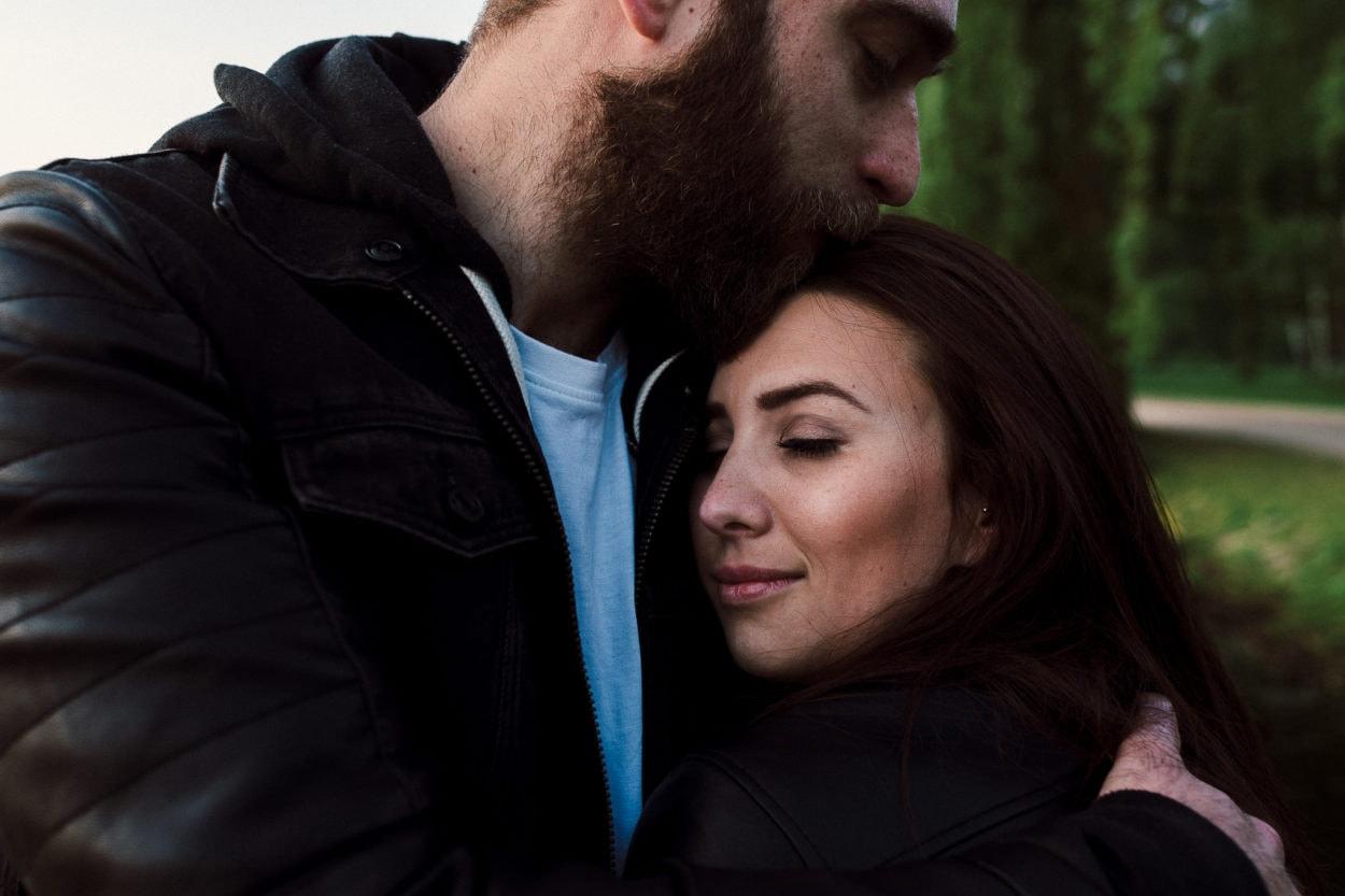 Er küsst sie auf den Kopf