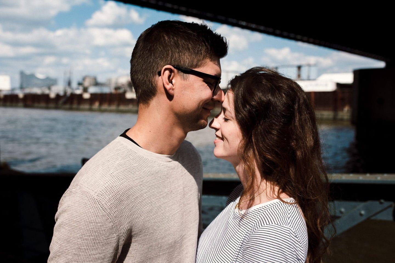 lachendes Paar in Hamburg