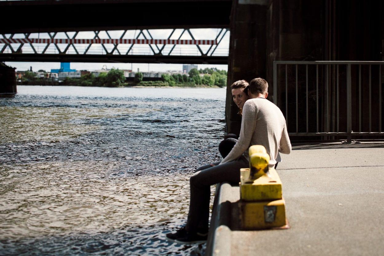 Paar sitzt an der Elbe