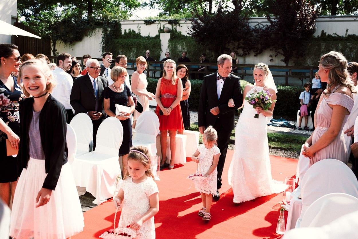 Braut und Brautvater - Schöne Aussicht Bielefeld - Hochzeitsfotograf Bielefeld