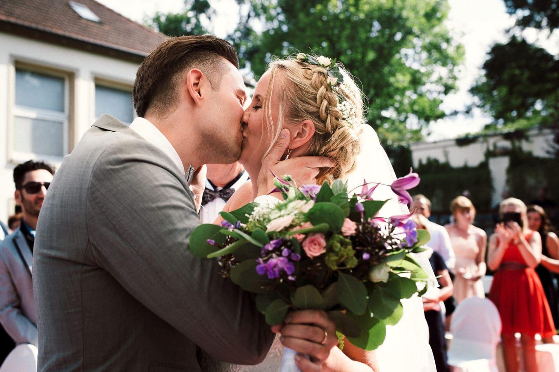 Braut und Bräutigam küssen sich - Freie Trauung in Bielefeld