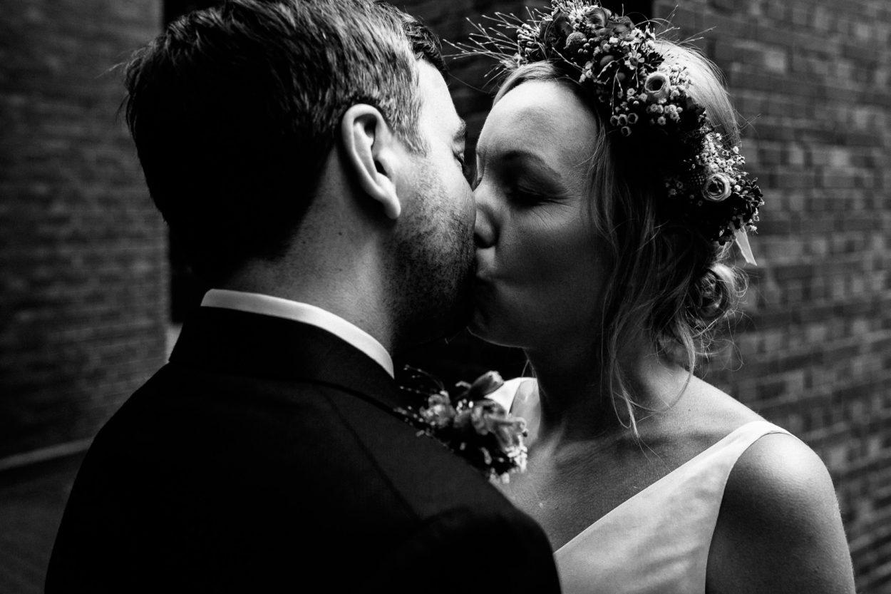 zärtlicher Kuss des Brautpaares am Planetarium in Hamburg