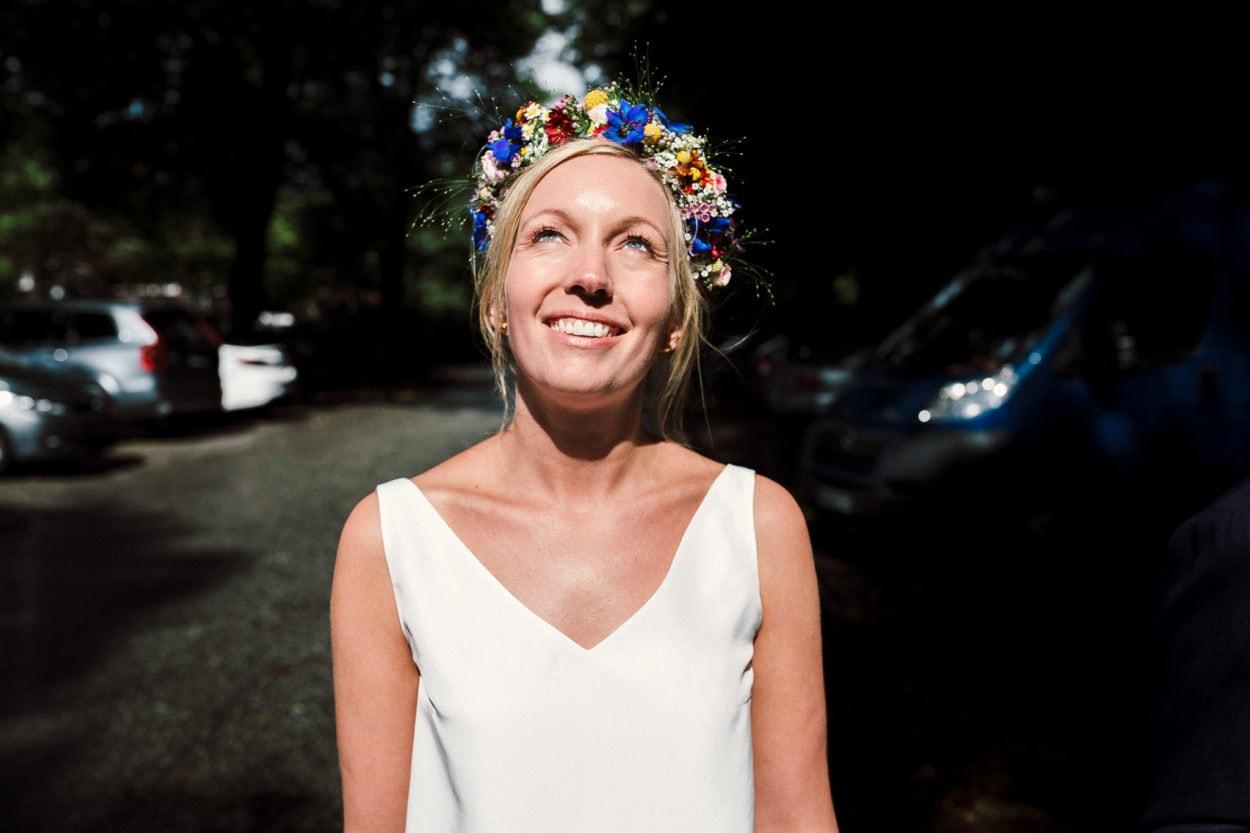 Die Braut genießt die Sonne am Planetarium in Hamburg