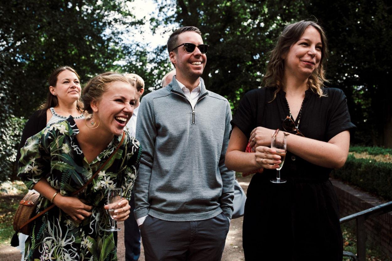 aus voller Seele lachende Gäste an der Trinkhalle