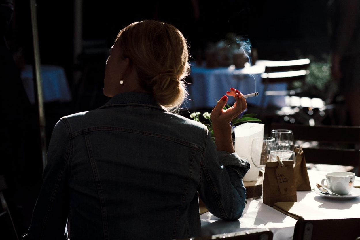 rauchender Gast