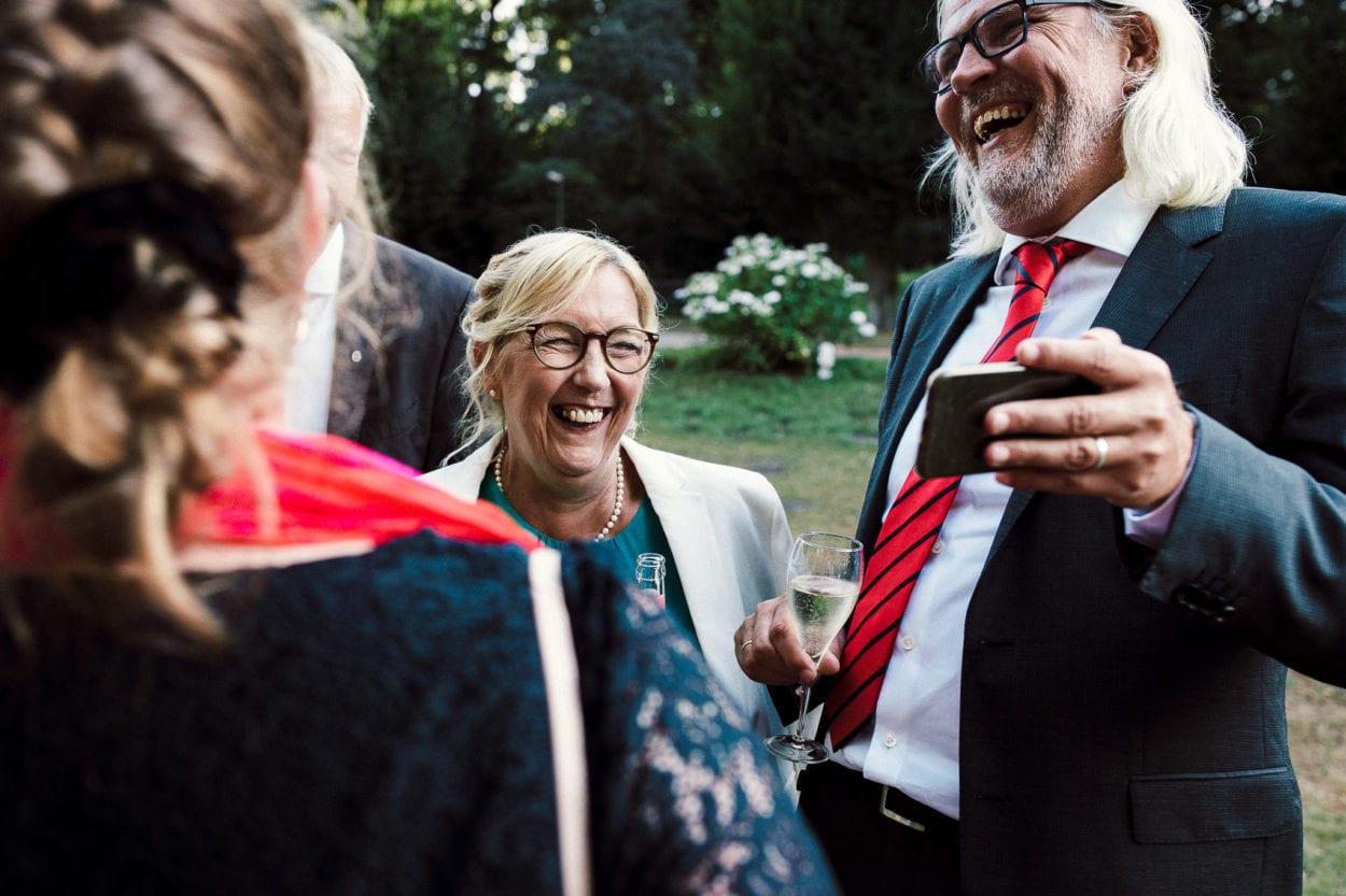 lachende Gäste an der Trinkhalle im Stadtpark Hamburg