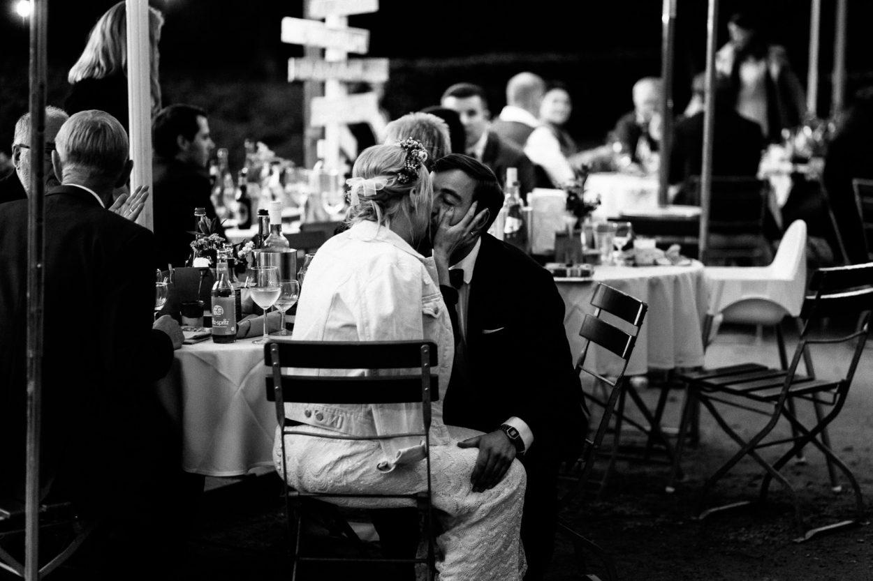ein Kuss voller Glück an der Trinkhalle