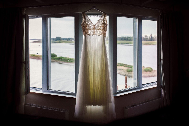 Das Kleid hängt im Zollenspieker Fährhaus und dahinter fließt die Elbe