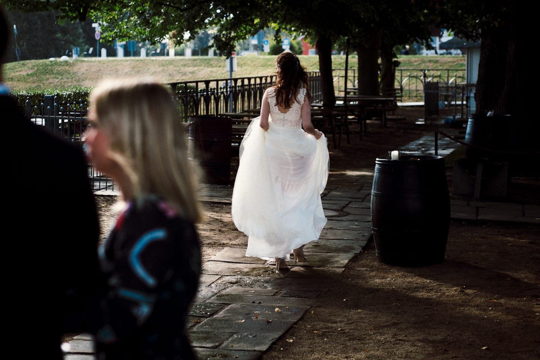 die Braut und ihr Brautkleid am Zollenspieker Fährhaus