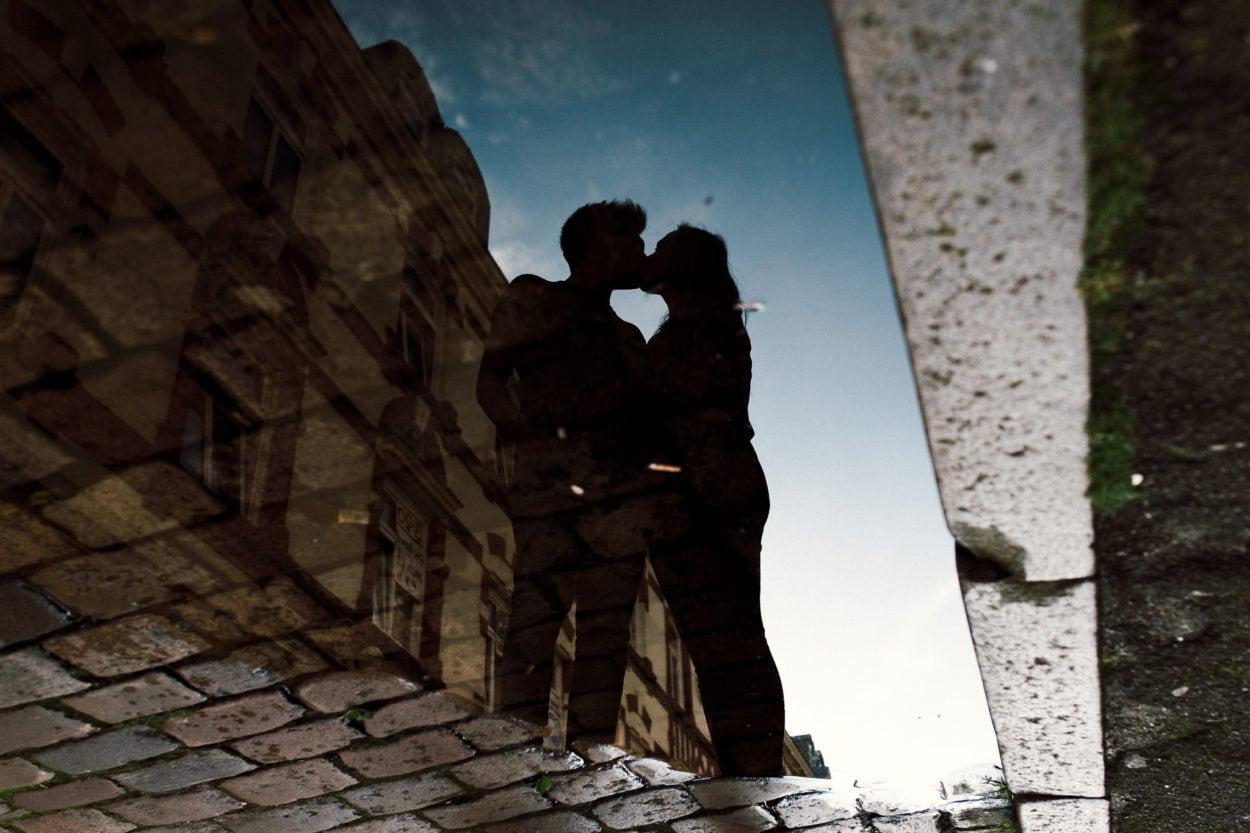 Spiegelung im Wasser, verliebtes Paar in Hamburg