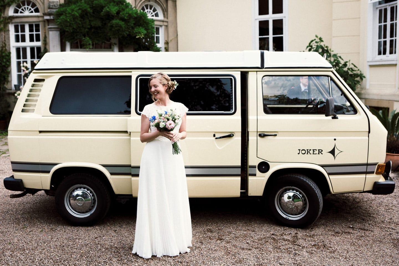 Die Braut vor ihrem T2 Bulli auf Gut Eckendorf