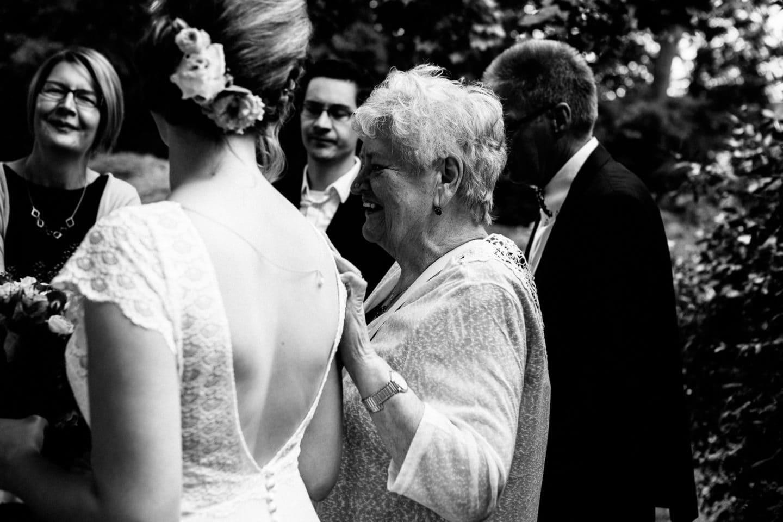 die Oma hat ihre Hand auf der Schulter der Enkelin