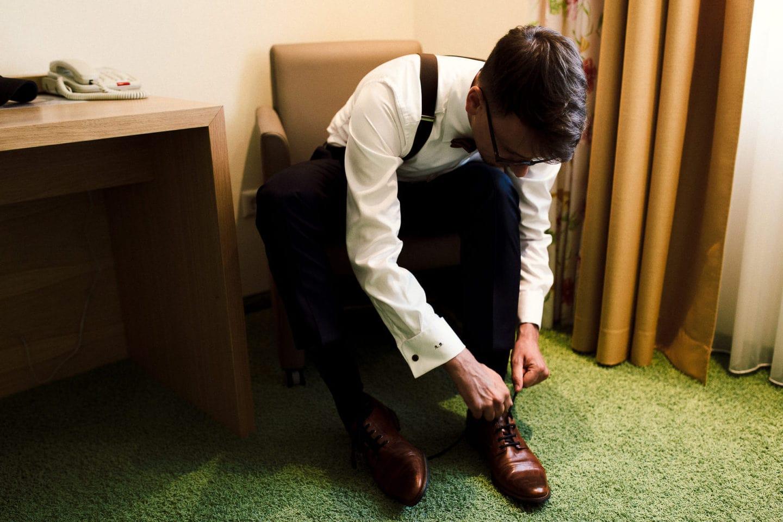 Schuhe anziehen des Bräutigams in Bielefeld