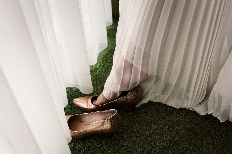 Die Braut zieht ihre Brautschuhe an