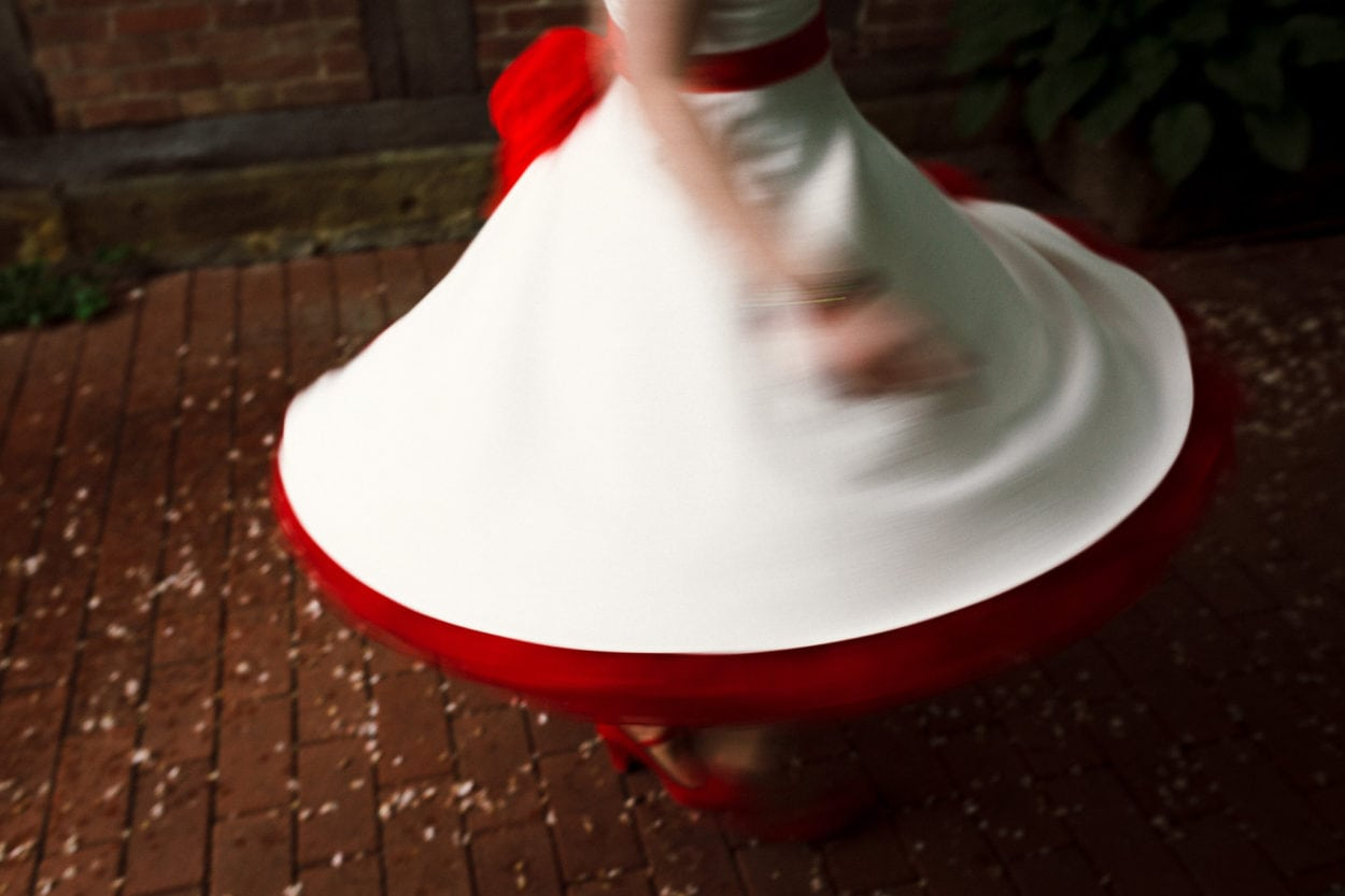 tanzende Braut im Regen im Heuhotel Hildebrand