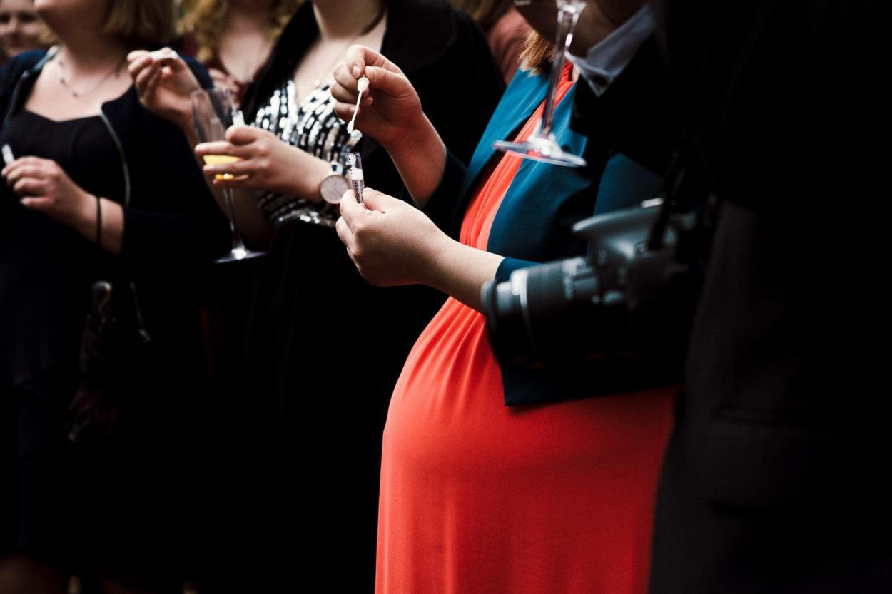 schwangerer Gast mit Seifenblasen