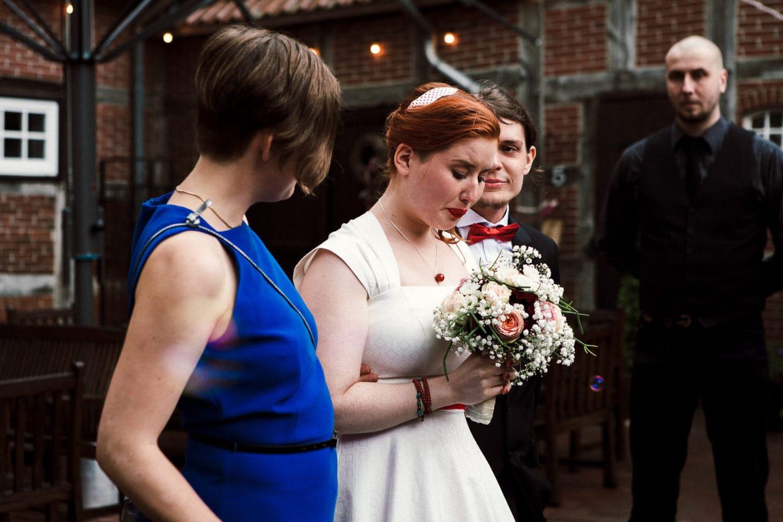 weinende Braut auf dem Platz vor dem Heuhotel Hildebrand