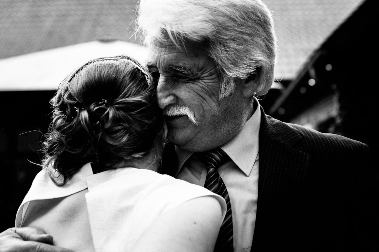 liebevolle Umarmung des Brautvaters in Osnabrück