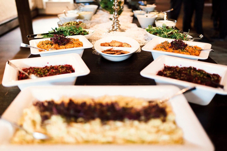 eine reich gedeckte Tafel mit veganen Speisen im Heuhotel Hildebrand