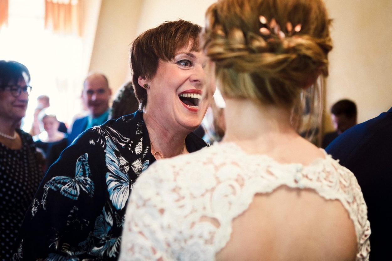 Lachende Brautmutter