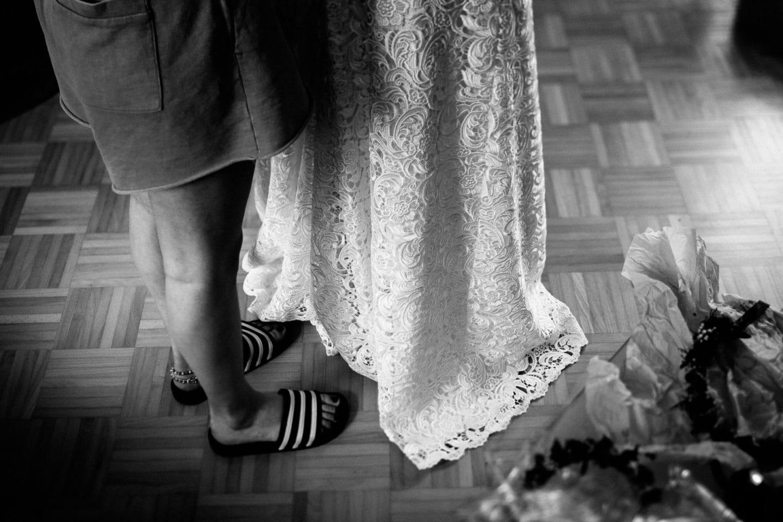 Hochzeitskleid und Adiletten
