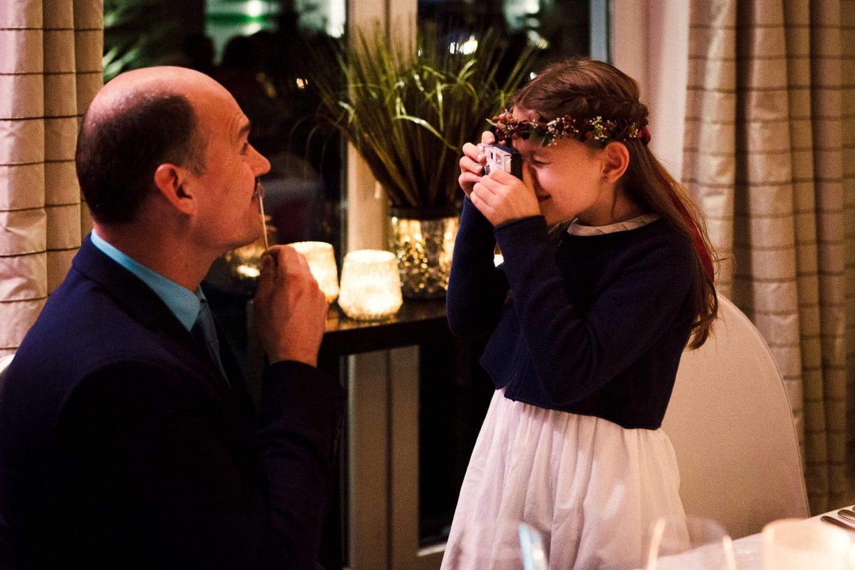 Mädchen fotografiert Mann