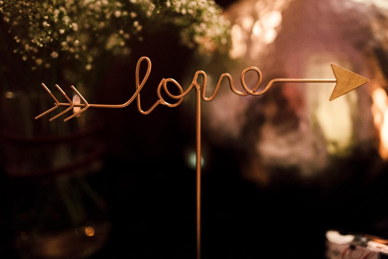 Metallgestell geformt zu dem Wort Love