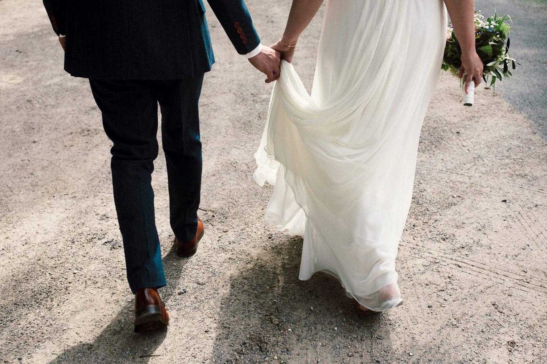 Das Paar geht gemeinsam zur Trauung auf Schloss Sythen