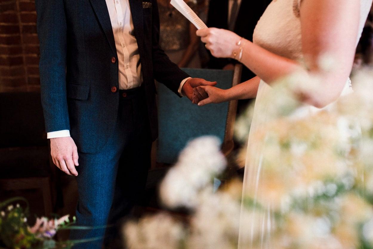 Händehalten während des Eheversprechens