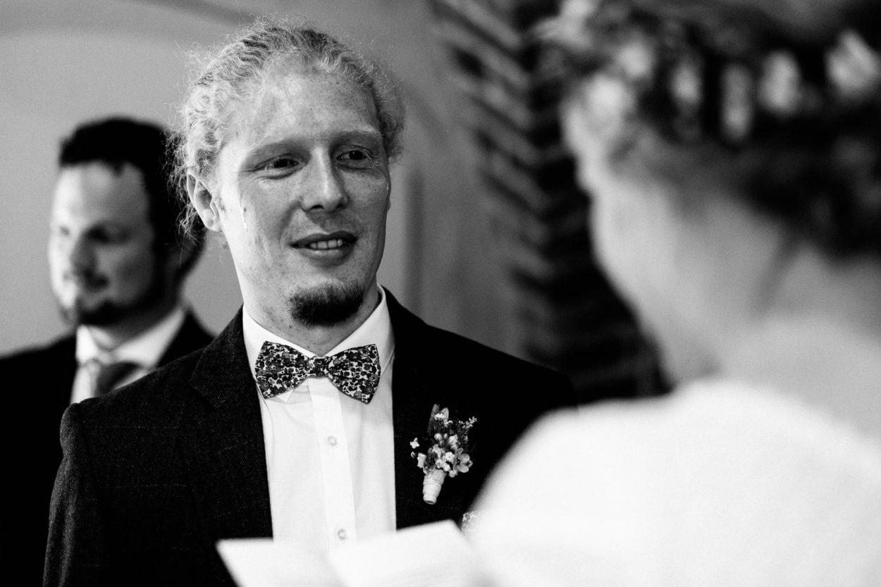 Tränen des Bräutigams während des Eheversprechens auf Schloss Sythen