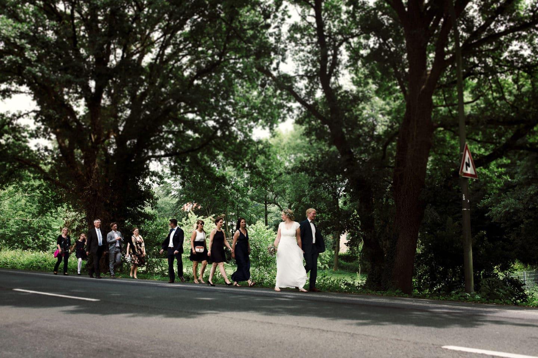 Hochzeitsgesellschaft auf dem Weg zum Schloss Sythen
