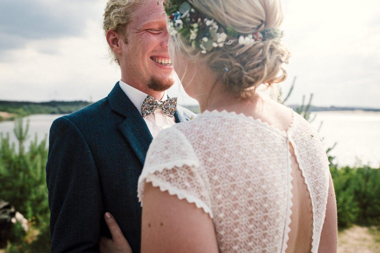 Lachender Bräutigam am Silbersee