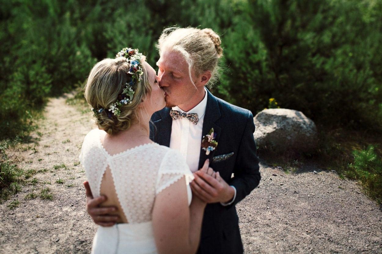 Verliebtes Hochzeitspaar am Silbersee bei Haltern am See