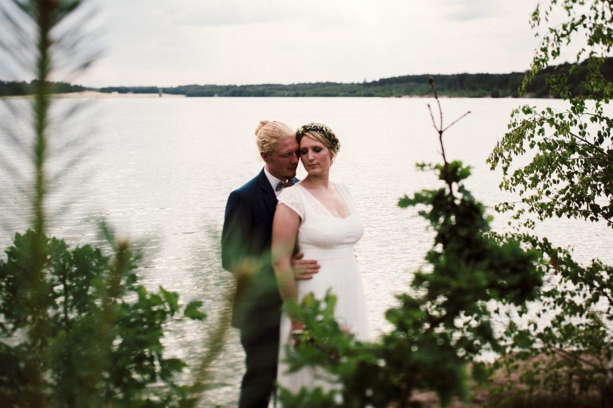 Hochzeitspaar und dahinter der Silbersee
