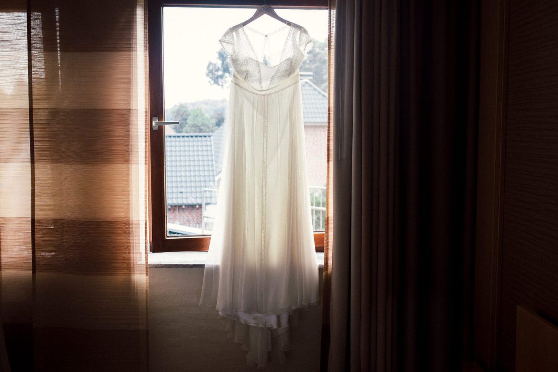 Brautkleid hängt am Fenster im Pfeiffer´s Sythener Flora