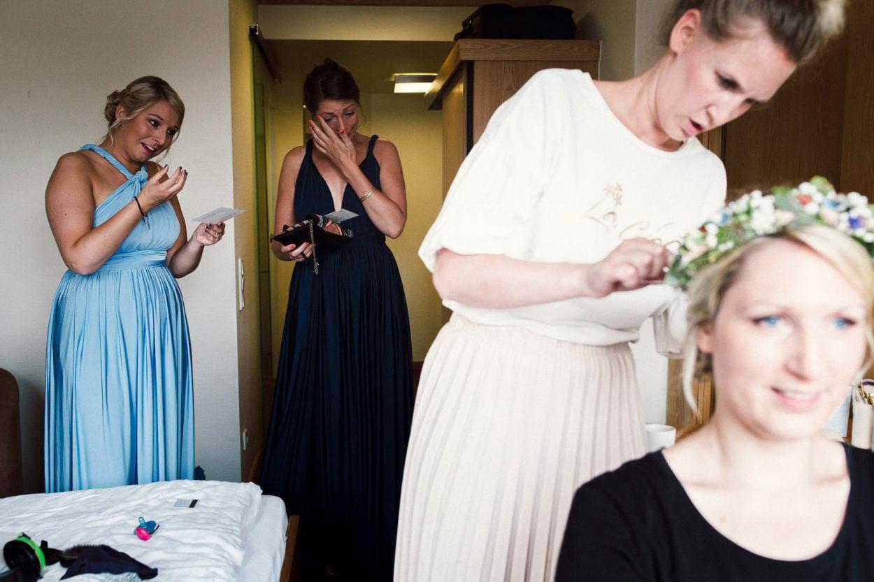 Die Schwestern der Braut weinen vor Freude im Pfeiffer´s Sythener Flora