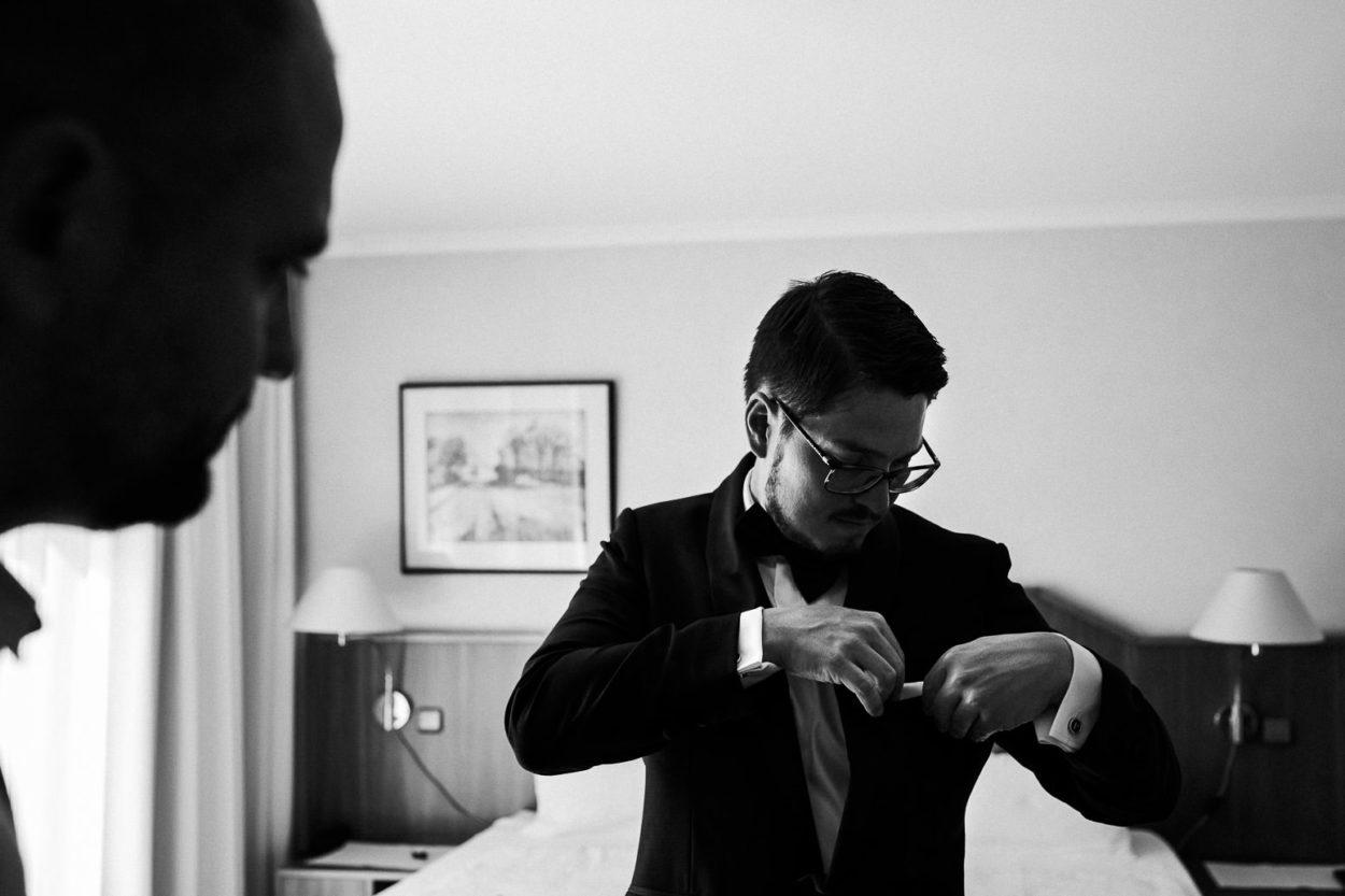 Der Bräutigam steckt sein Tuch in das Sacko.