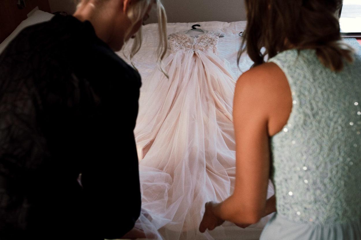 das Hochzeitskleid wird zurechtgelegt.