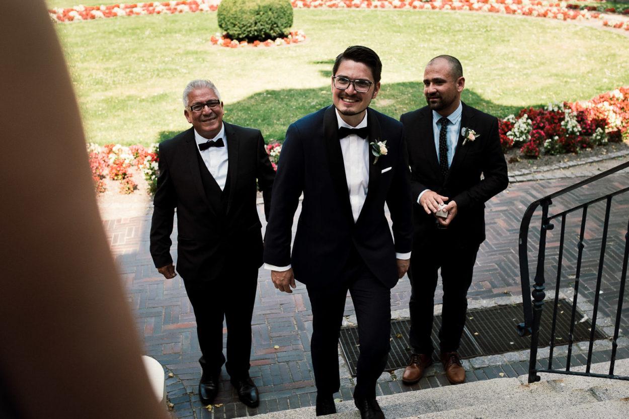 Ein lachender Bräutigam