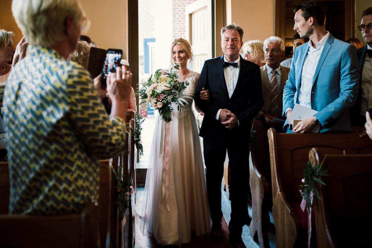 Die Braut wird vom Brautvater in die Kapelle geführt
