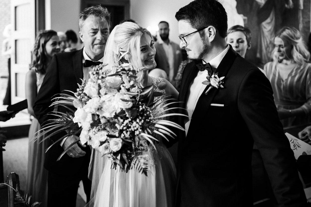 Braut und Bräutigam treffen sich zum ersten mal in der Kapelle in Neuharlingersiel