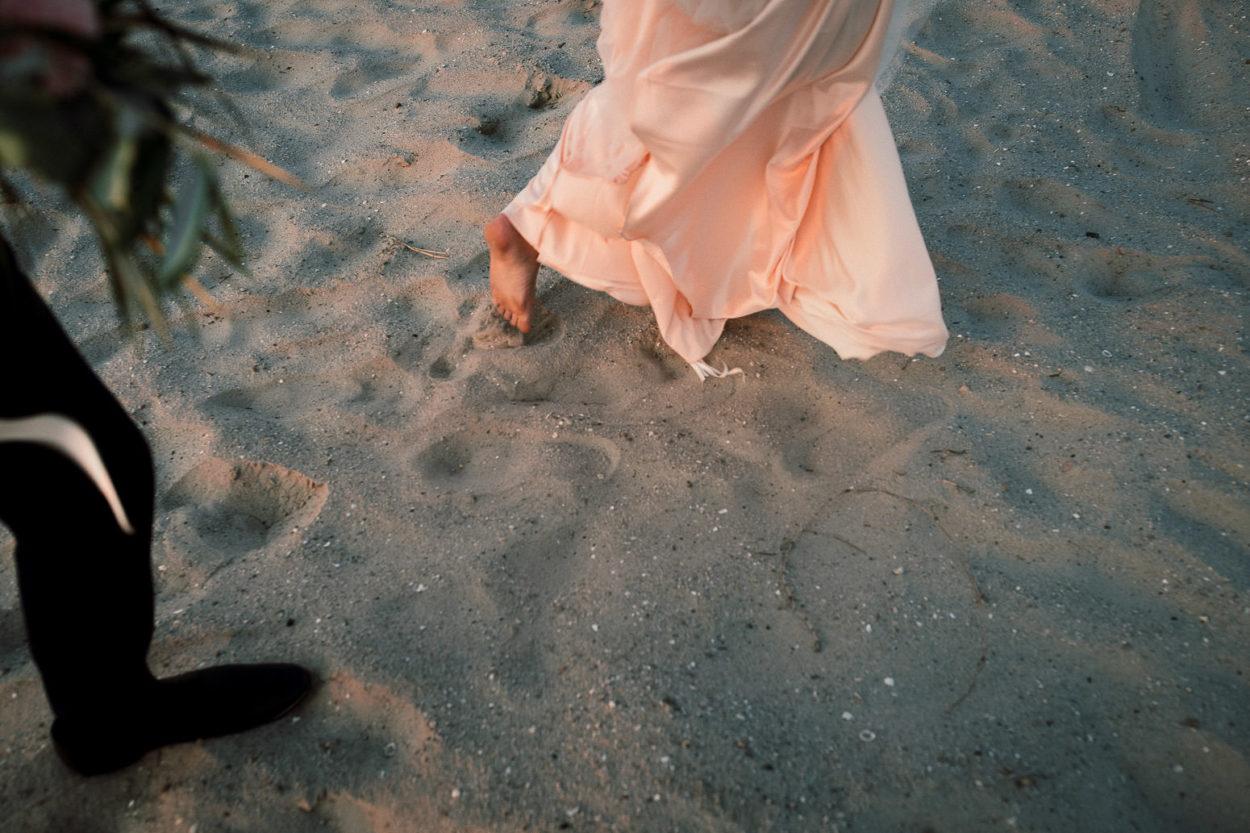 Füße der Braut im Sand von Neuharlingersiel