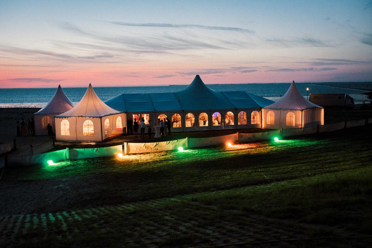 Hochzeitszelt am Strand von Neuharlingersiel in der Abenddämmerung